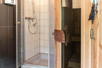 Das Tageslichtbad mit Dusche ist mit Handtüchern, Föhn und Shampoo ausgestattet.