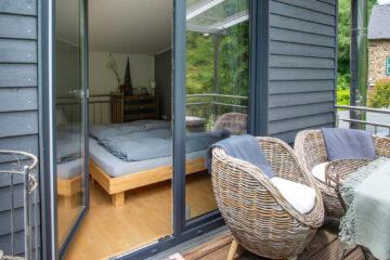 Der überdachte Balkon bietet sich an um Urlaubstage gemütlich ausklingen zu lassen.