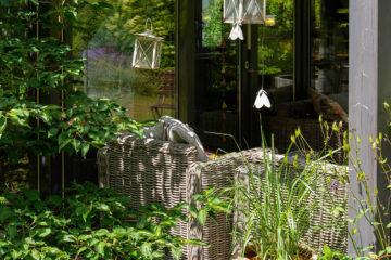 Der gepflegte Garten verfügt über gemütliche Gartenmöbel, Sonnenliegen und einen großen Sonnenschirm.