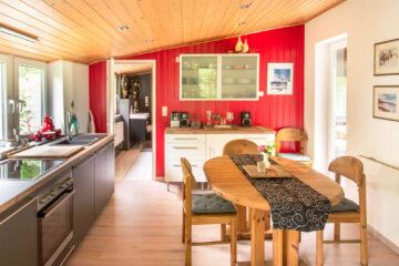 Küche und Esszimmer sind ausgestattet mit einer Geschirrspülmaschine, Herd und Backofen, einem Kühlschrank, Töpfen, Pfannen und Geschirr, und vielem mehr.