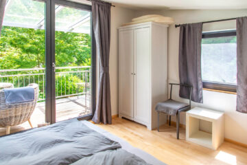 Das Schlafzimmer mit Balkon verfügt über zwei Einzelbetten, die bei Bedarf zusammengeschoben werden können.