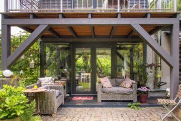 Die überdachte Lounge ist mit bequemen Möbeln und kuscheligen Decken ausgestattet.